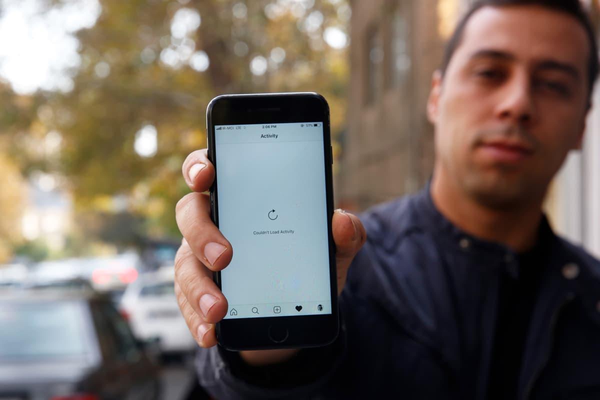 Iranilainen näyttää kuinka internet-sivustot eivät lataudu älypuhelimeen Teheranissa 17. marraskuuta..