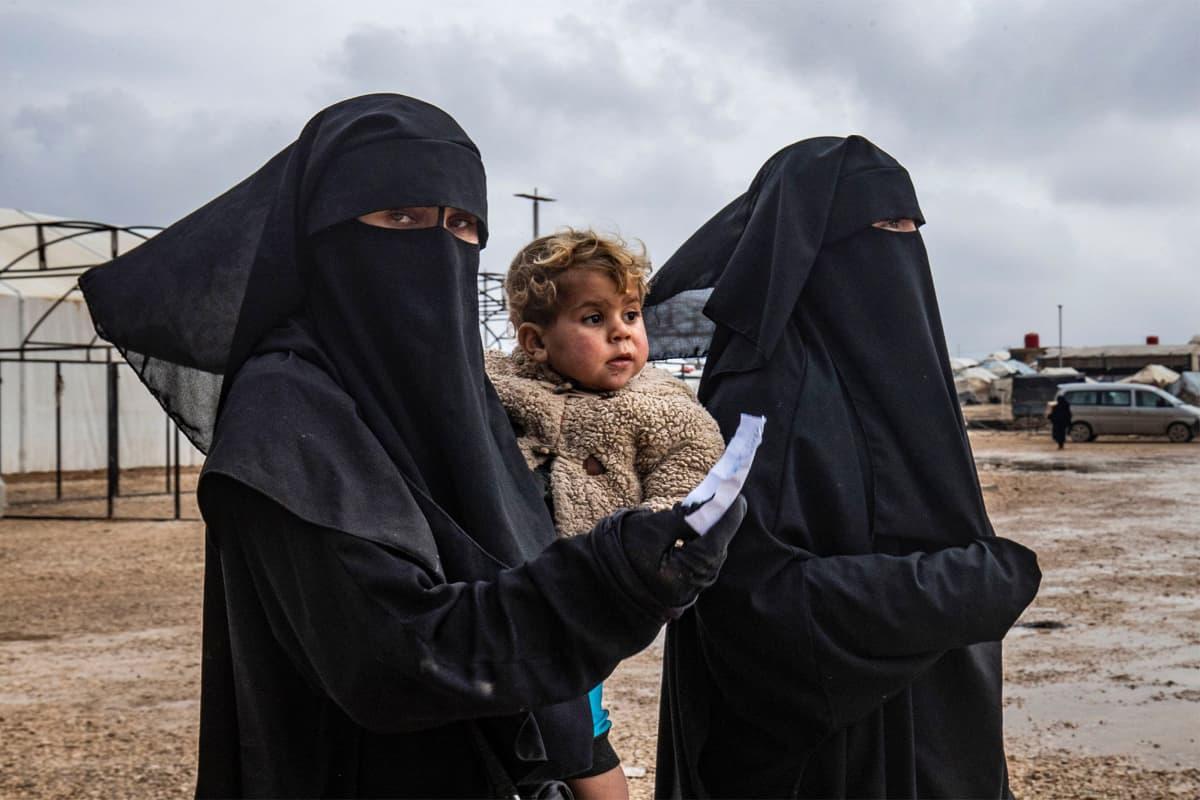 Tuntemattomia naisia ja lapsi al-Holin leirillä.