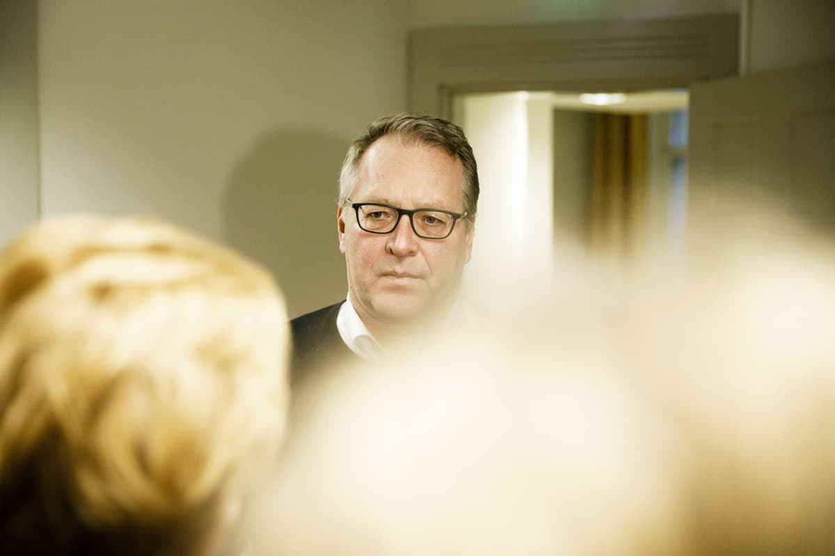 Petri Vanhala puhuu tiedotusvälineille valtakunnansovittelijan toimistolla Helsingissä.