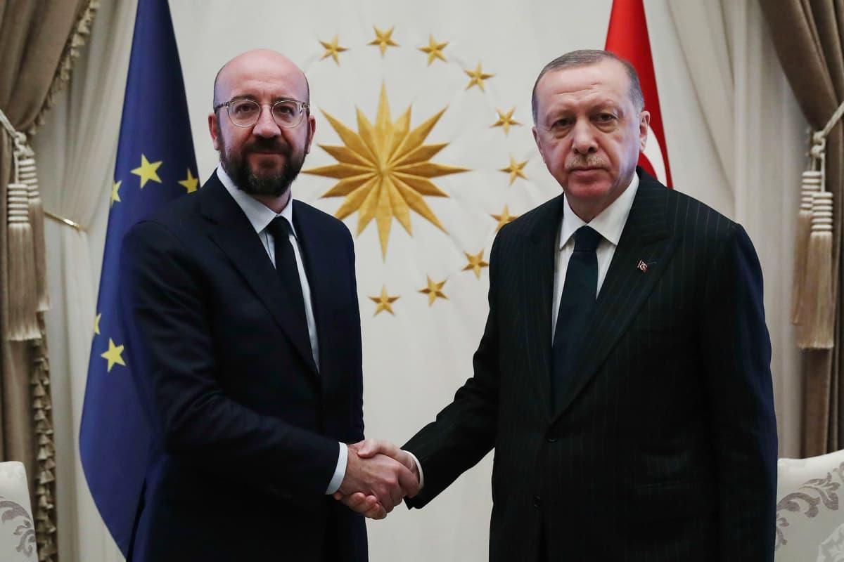 Kuvassa Turkin presidentti Erdogan ja Euroopan neuvoston puheenjohtaja Charles Michel kättelevät.