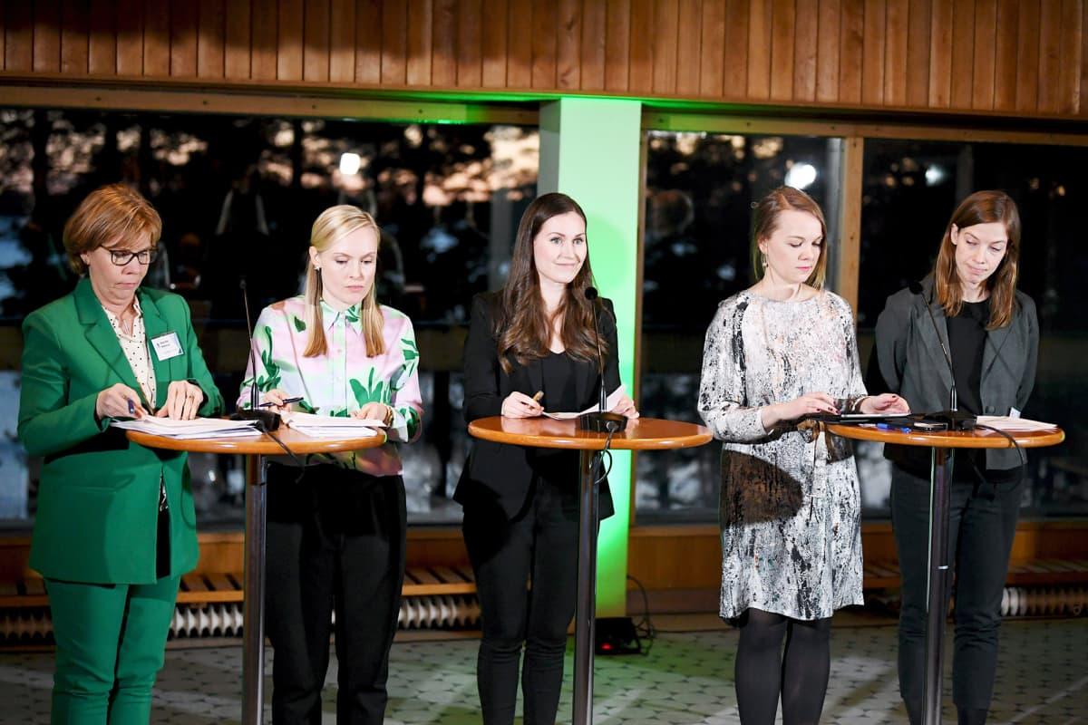 Anna-Maja Henriksson, Maria Ohisalo, Sanna Marin, Katri Kulmuni ja Li Andersson ilmastokokoukseen liittyvässä  tiedotustilaisuudessa Helsingissä.