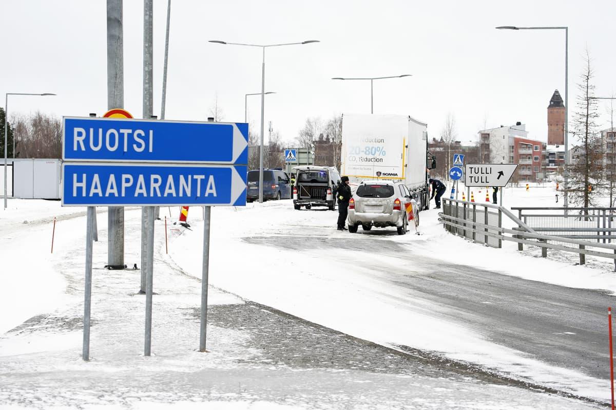 Suomalaiset rajavartijat tarkistavat kulkulupia Tornion ja Haaparannan välisellä rajanylityspaikalla.