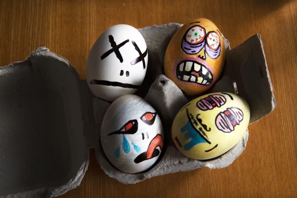 Hirviöpäiksi maalattuja pääsiäismunia.