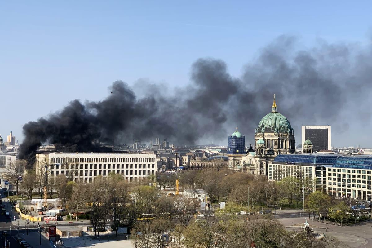 Kuvassa on savupatsas Berliinissä.