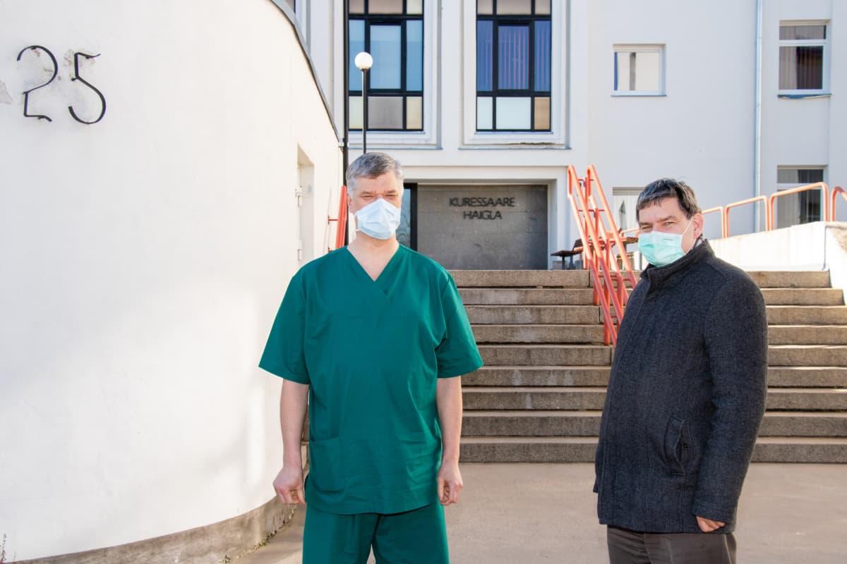 Kuressaaren sairaalan lääketieteellinen johtaja Edward Laane (oik.) pyysi virolaisia lääkäreitä apuun koronatilanteen takia. Huippukirurgi Hasso Uuetoa vastasi kutsuun.