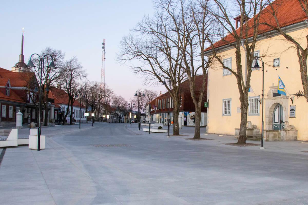 Saarenmaan pääkaupunki Kuressaare on monille suomalaisille tuttu lomakohde.