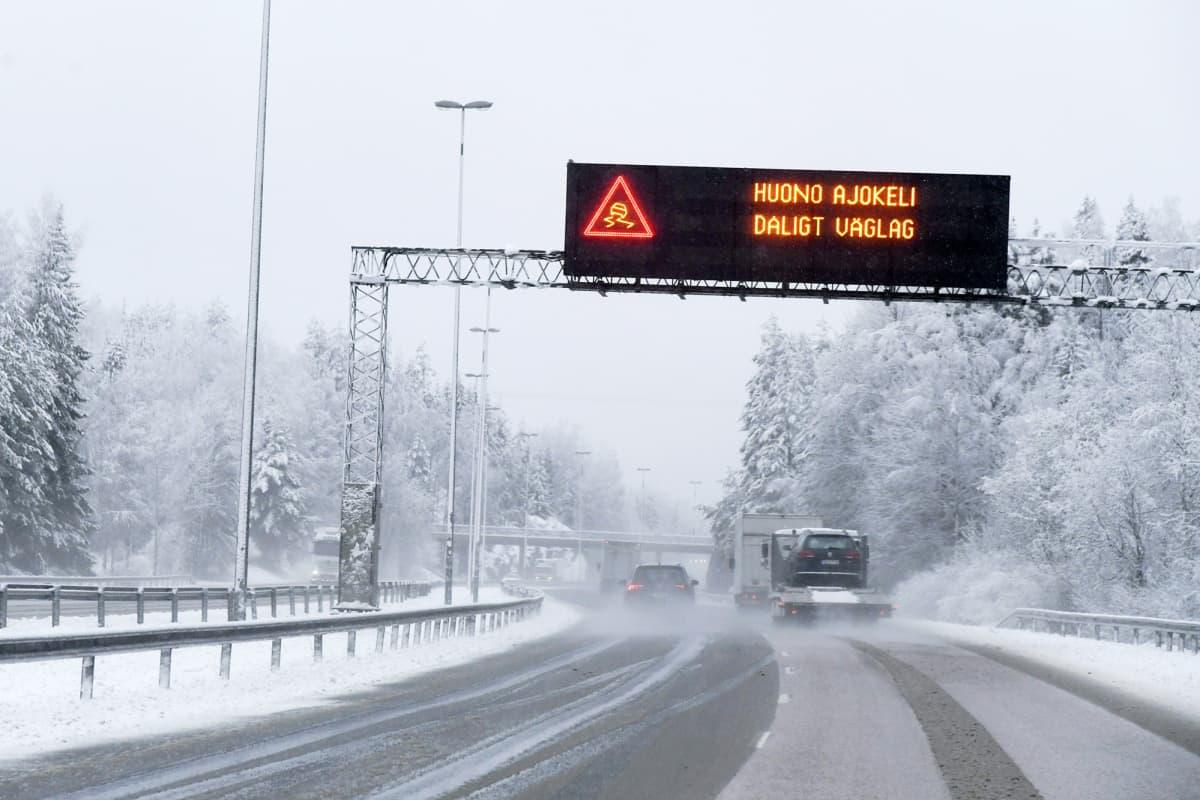 Varoitus huonosta ajokelistä Turunväylällä Vihdissä aamun räntäsateessa.