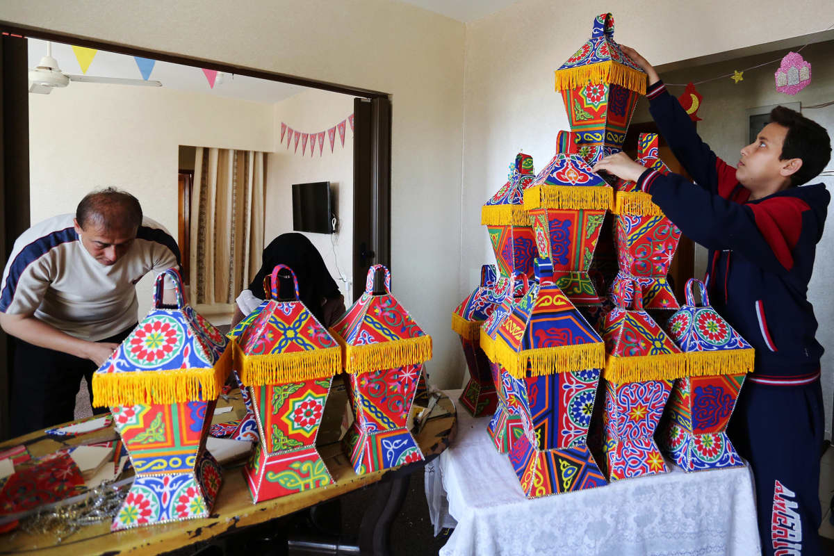 Kuvassa perhe valmistaa lyhtyjä myytäväksi Palestiinassa ramadanin aikaan.