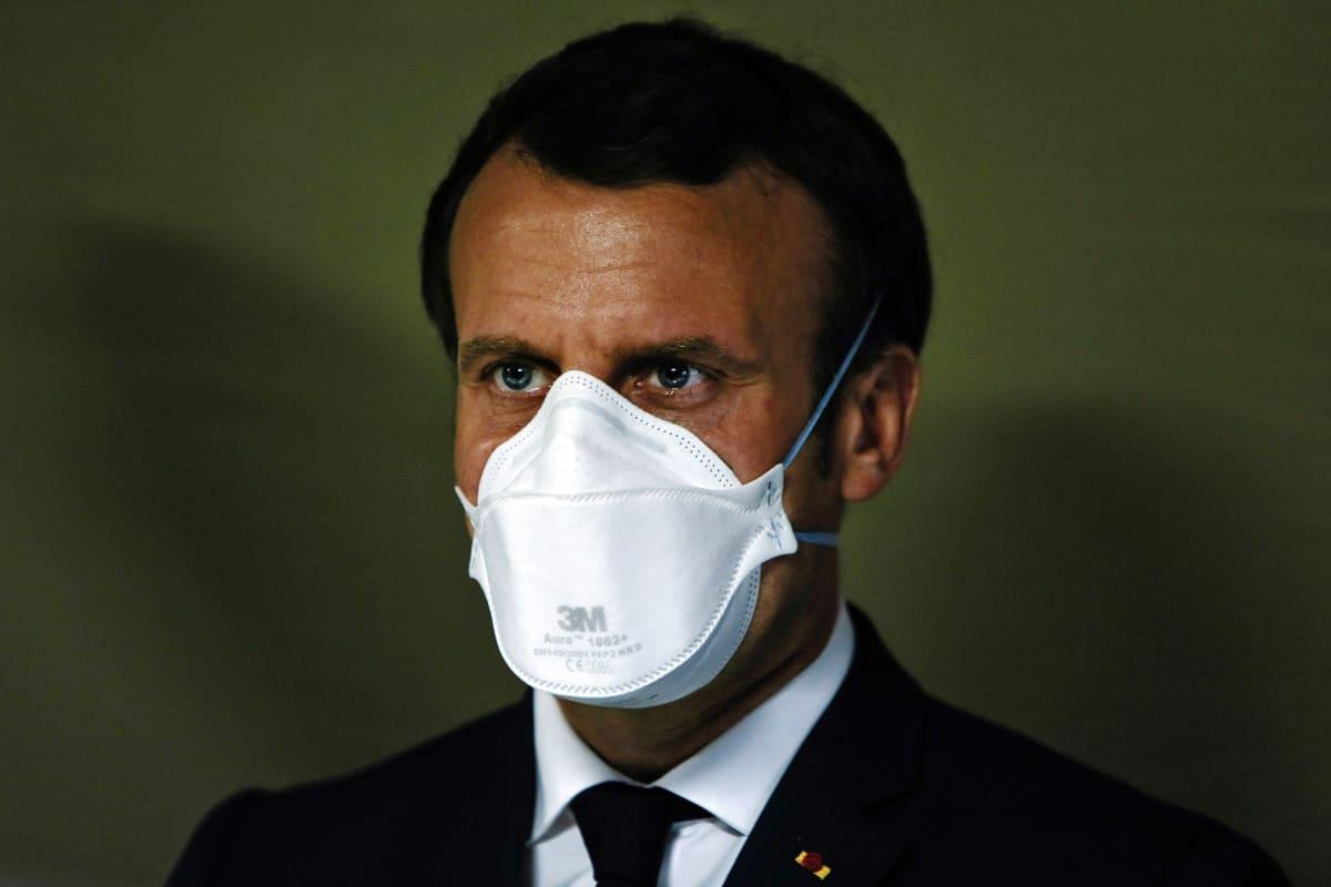 Kuvassa on hengityssuojainta käyttävä Emmanuel Macron.