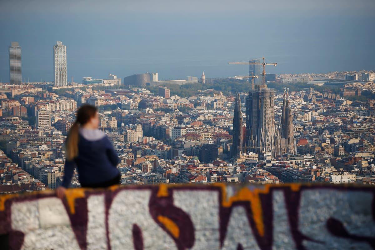 Kuvassa on näkymä Barcelonan kaupunkiin.