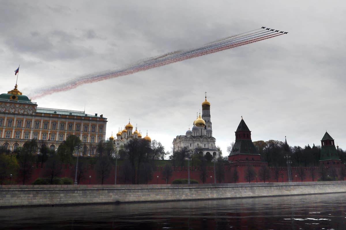 Kuvassa venäläiset koneet lentävät Moskovassa harjoitellessaan voitonpäivän ilmaparaatia.