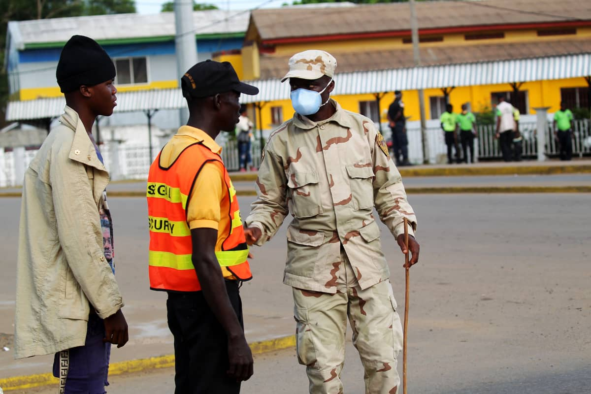 Kuvassa on liberialainen poliisi.