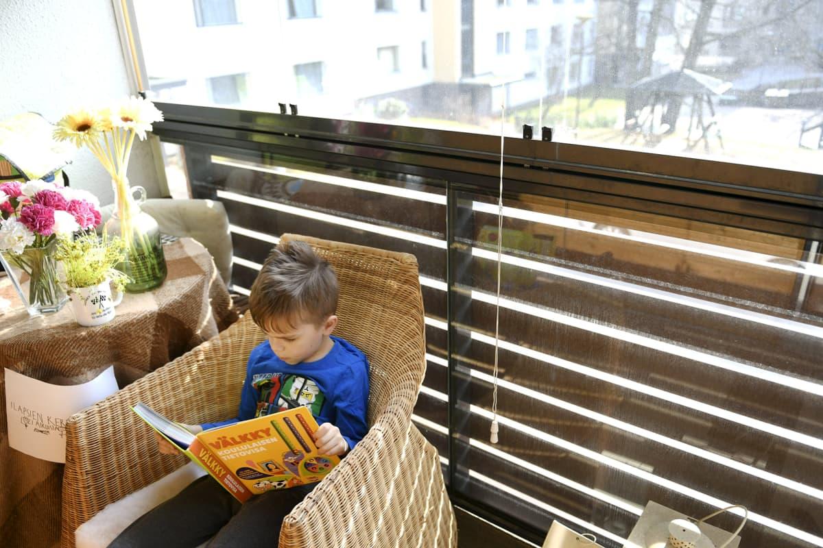 Kuvassa ekaluokkalainen opiskelee kotinsa parvekkeella Espoossa.