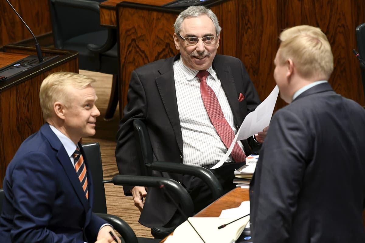 Kuvassa ovat Timo Heinonen ja Ben Zyskowicz eduskunnassa.
