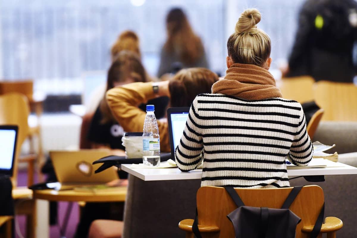 Kuvassa on opiskelijoita Helsingin yliopiston pääkirjastossa Kaisa-talossa.