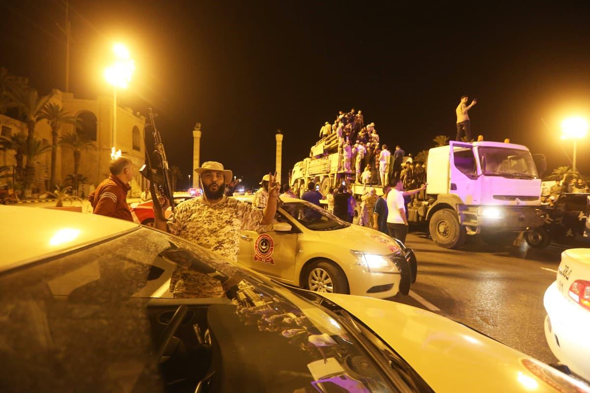 Hallituksen sotilas juhlii Tripolissa.