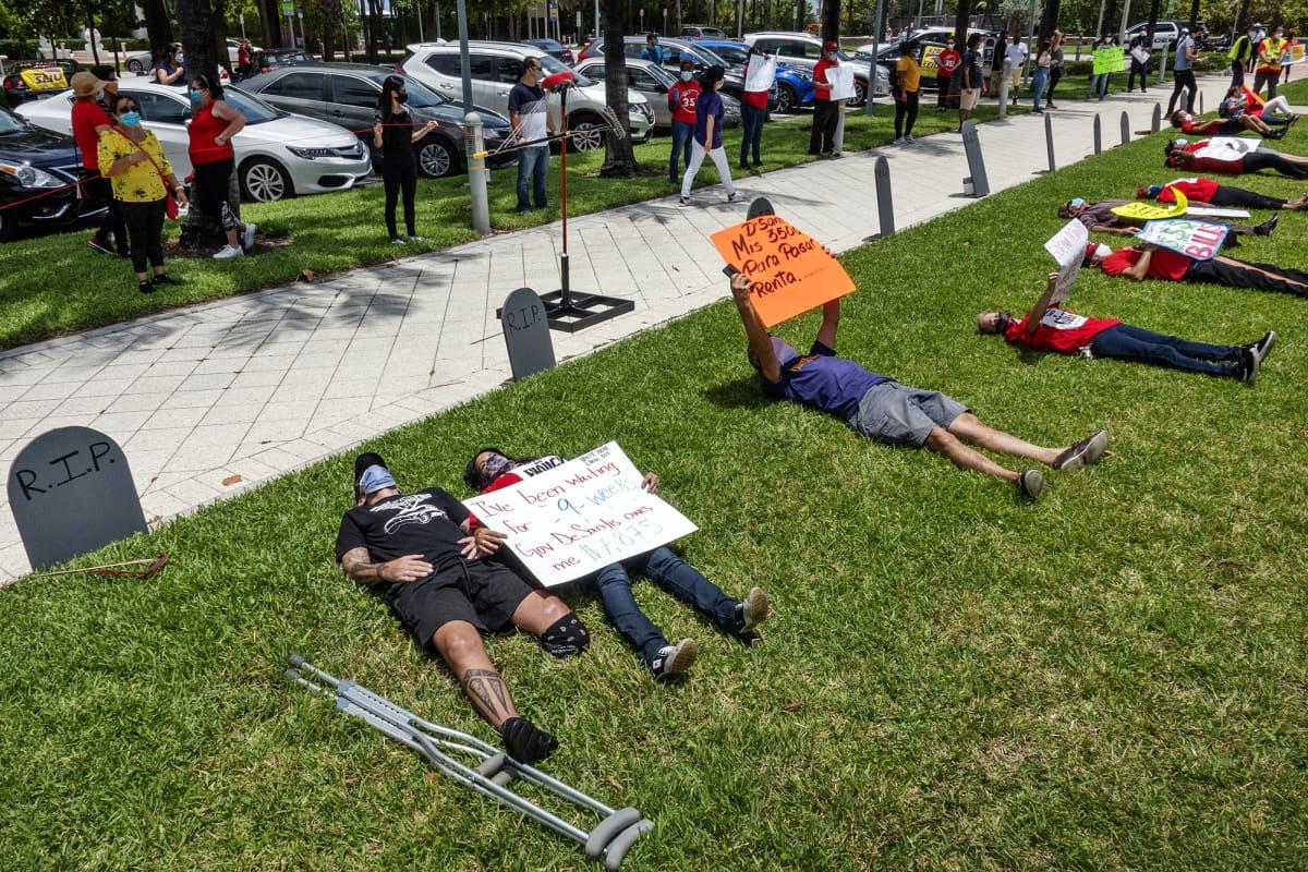 Kuvassa on käynnissä mielenosoitus Floridassa.