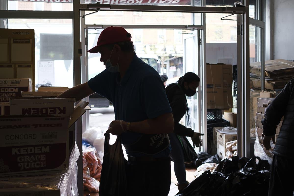 Kuvassa työntekijät kokoavat ruokakasseja jaettavaksi New Yorkissa.