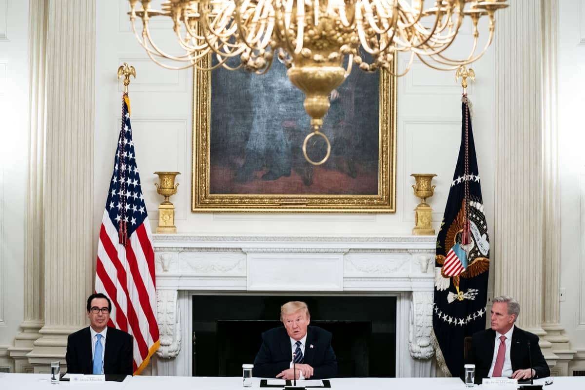 Kuvassa ovat Steven Mnuchin, Donald Trump ja Kevin McCarthy.
