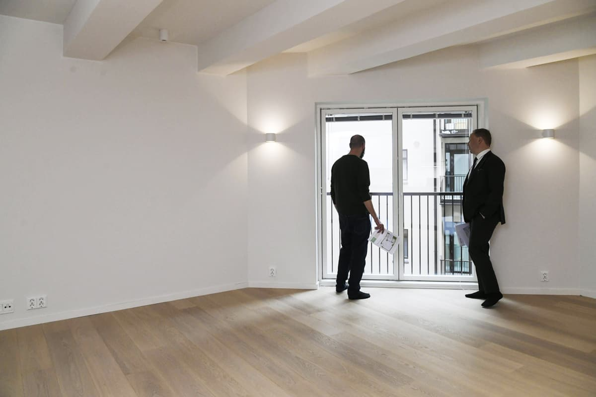 Kaksi miestä asuntonäytössä.