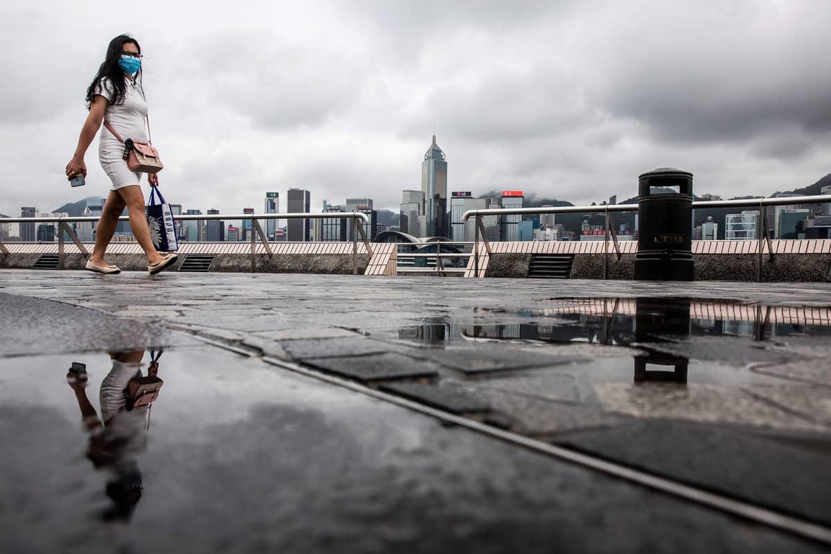 Kuvassa on suojamaskia käyttävä nainen Hongkongissa.