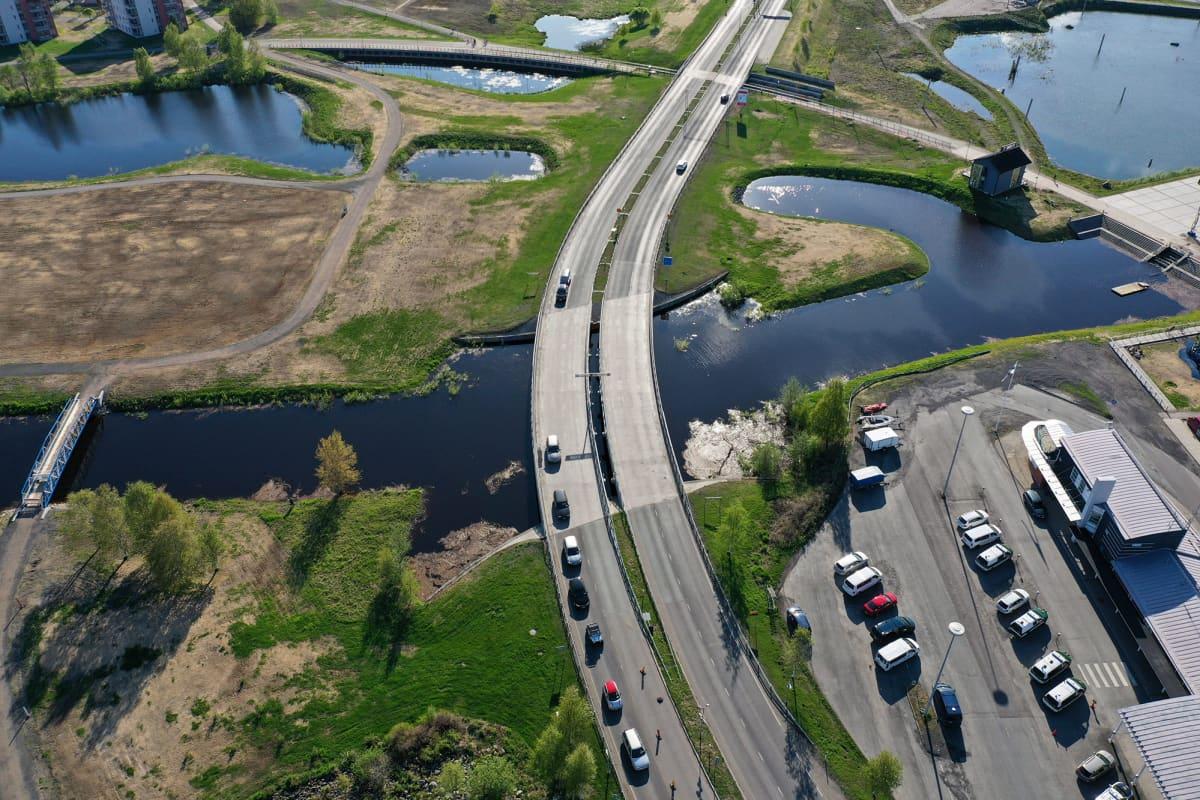 Kuvassa on Haaparannan ja Tornion välinen silta.