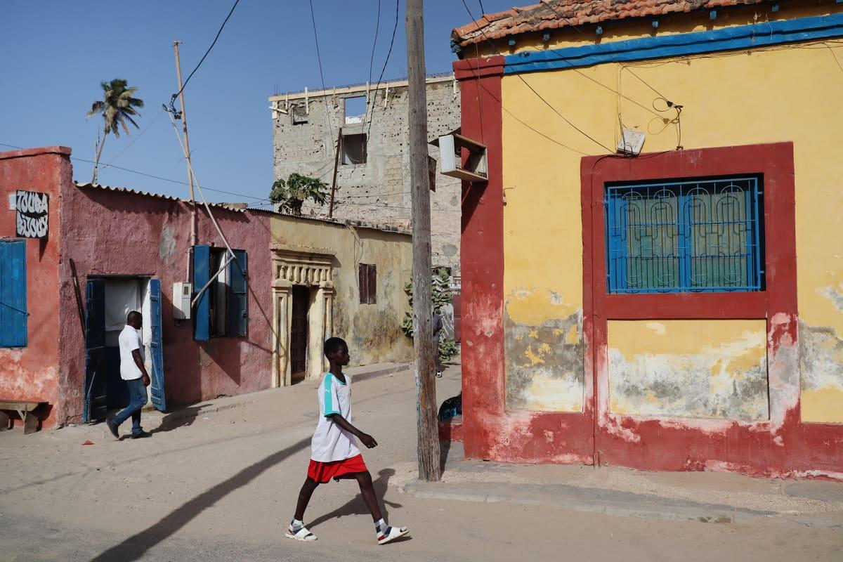 Kuvassa on vanhoja taloja Saint-Louis'ssa Senegalissa.