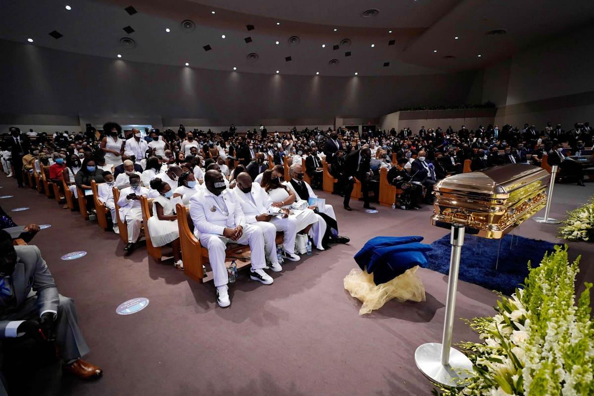 George Floydin hautajaistilaisuus kirkossa.