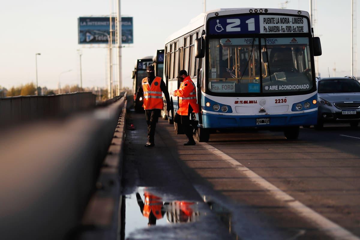 Poliisi tarkastaa Buenos Airesiin menevää liikennettä Argentiinassa.