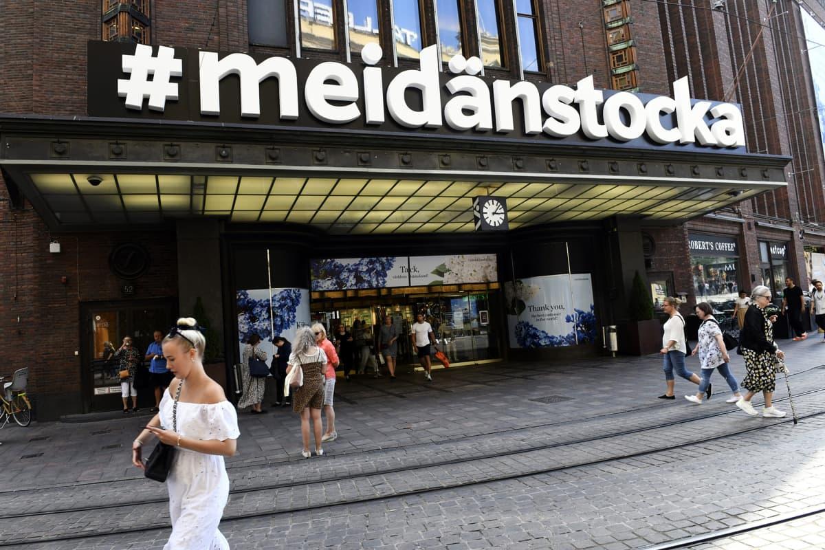 Kuvassa on Stockmannin uusi, väliaikainen kyltti heinäkuussa.