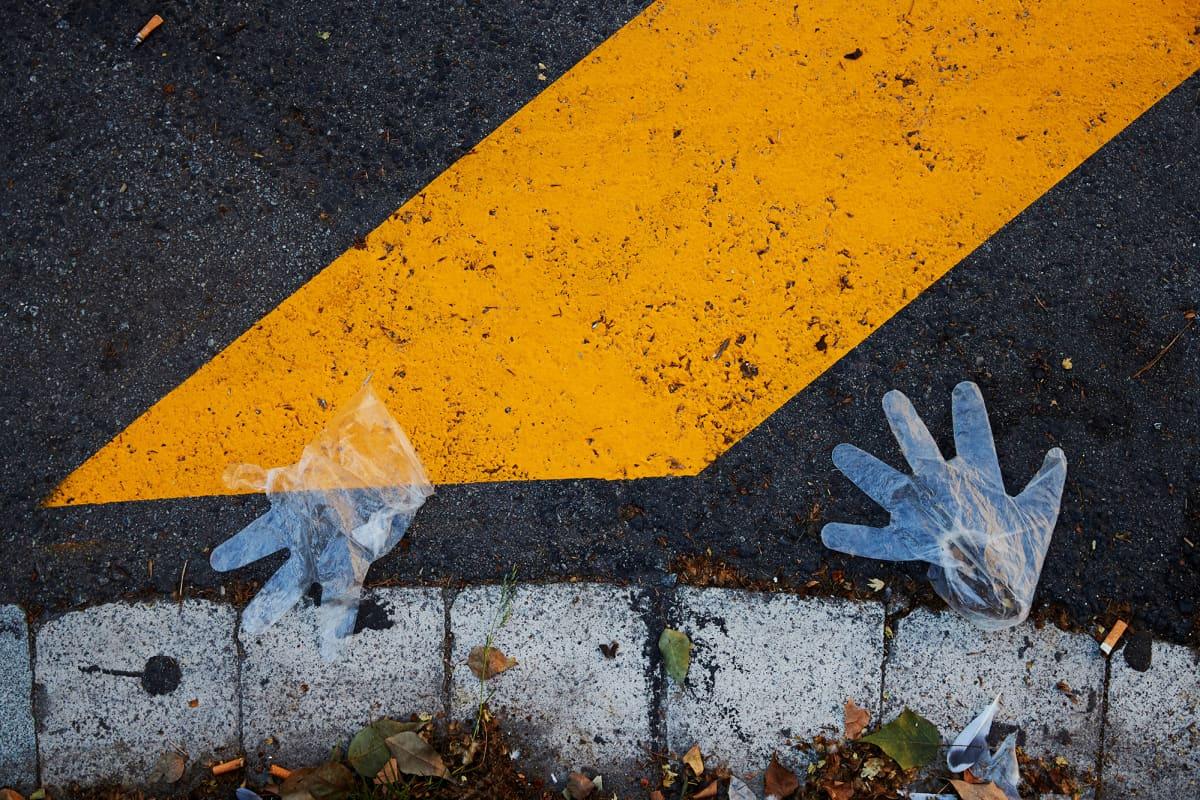 Kuvassa on muovihanskat, jotka on hylätty kadulle Barcelonassa.