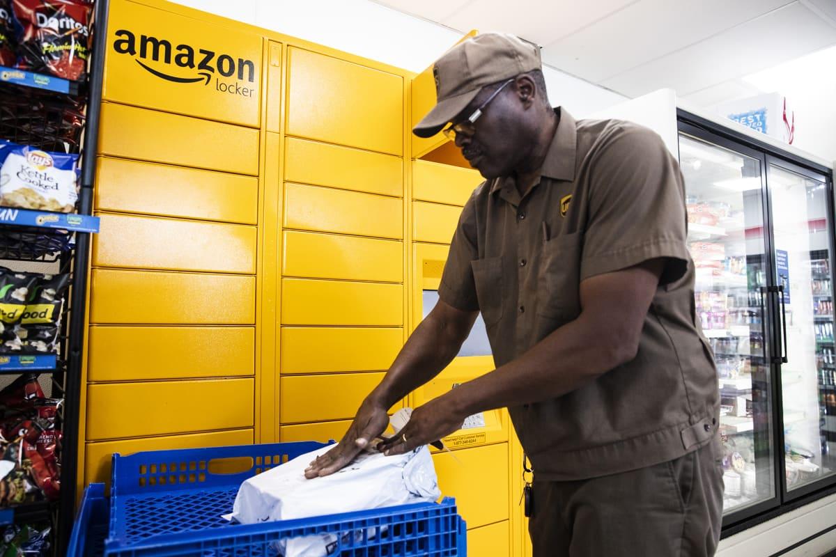 Kuvassa toimitetaan Amazonin pakettia.