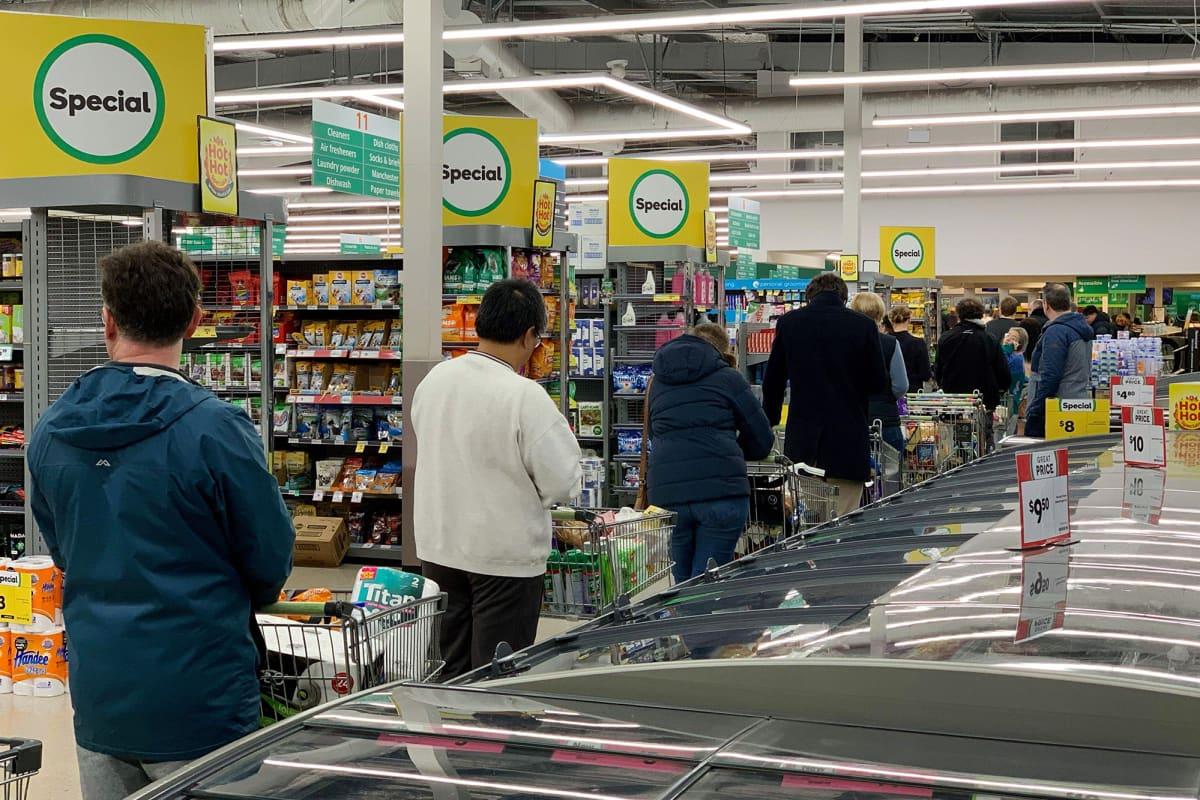 Kuvassa ihmiset jonottavat kaupassa Uudessa-Seelannissa.
