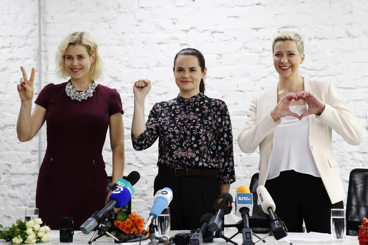 Kuvassa ovat Svetlana Tikhanovskaya (keskellä), Veronika Tsepkalo (vasemmalla) ja Maria Kolesnikova (oikealla).