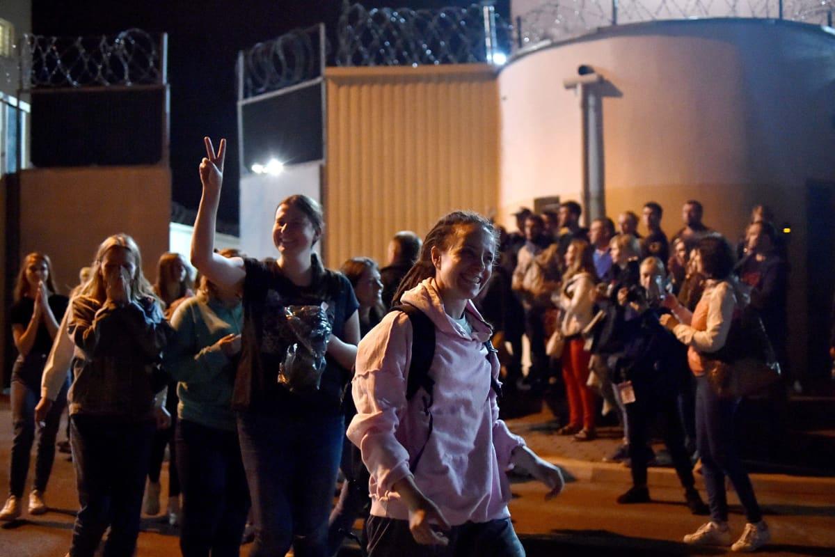 Kuvassa on pidätyskeskuksesta vapautuvia ihmisiä Valko-Venäjällä.