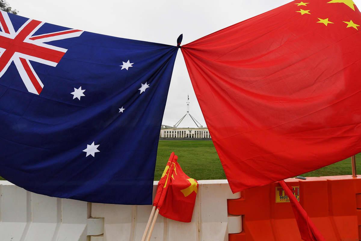 Kuvassa on Australian ja Kiinan liput.