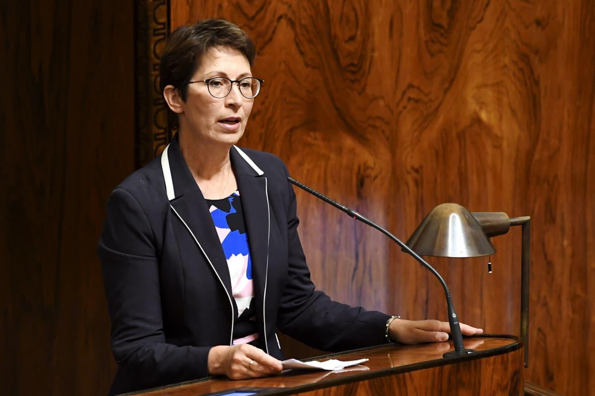 Kristillisdemokraattien puheenjohtaja Sari Essayah puhuu eduskunnan täysistunnossa Helsingissä 9. syyskuuta 2020