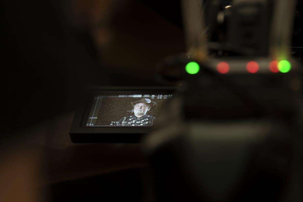 Hannu Karpo videokameran etsinruudulla.