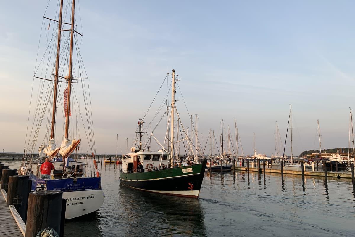 Kalastaja-alus lähdössä vesille Sassnitzin satamasta.