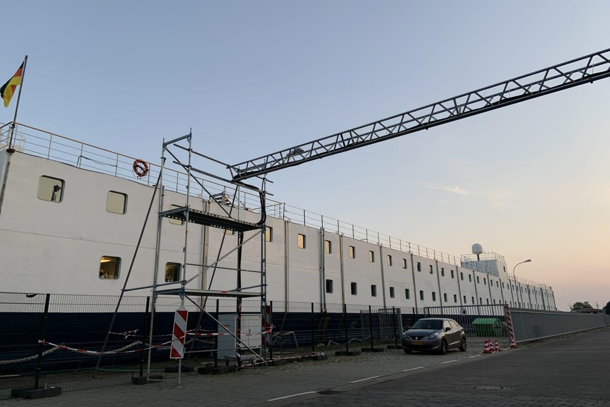 Satamalaiturissa oleva laivahotelli, jossa asuu työmiehiä.