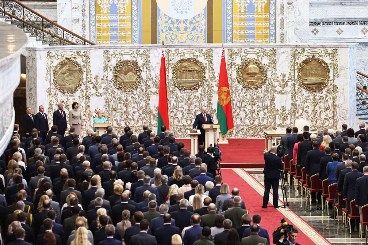 Alexander Lukašenka virkaanastujaistilaisuus  Minskissä.