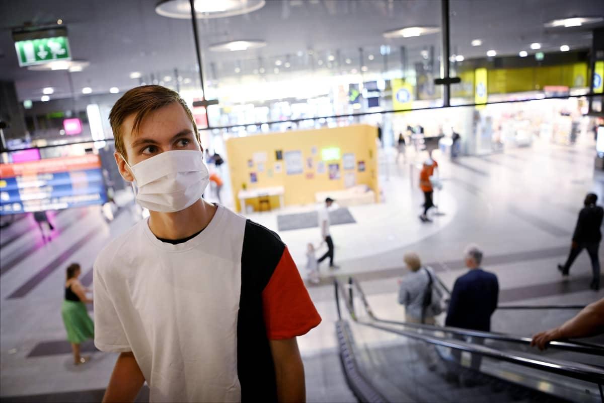 Kasvomaskia käyttävä nuori mies kauppakeskuksessa Helsingissä 19. elokuuta 2020.