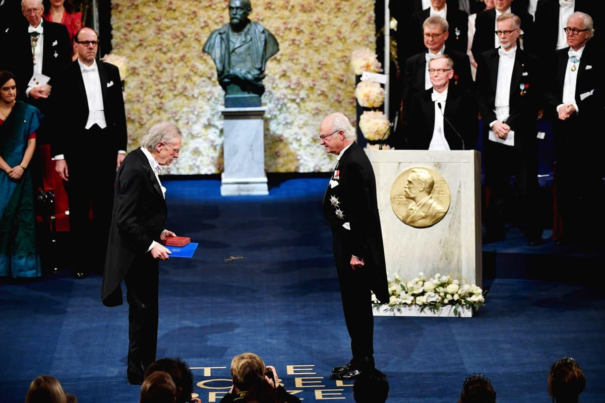 Kuvassa Peter Handke vastaanottaa Nobelinsa.