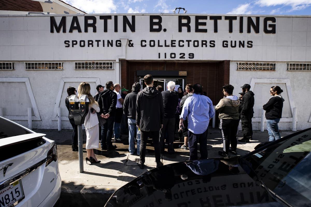 Kuvassa jonotetaan asekaupan ulkopuolella maaliskuussa USA:ssa.