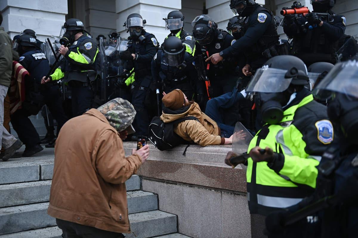 Mielenosoittajat ja poliisi ottivat yhteen Yhdysvaltain kongressitalon portailla Washington DC:ssä.