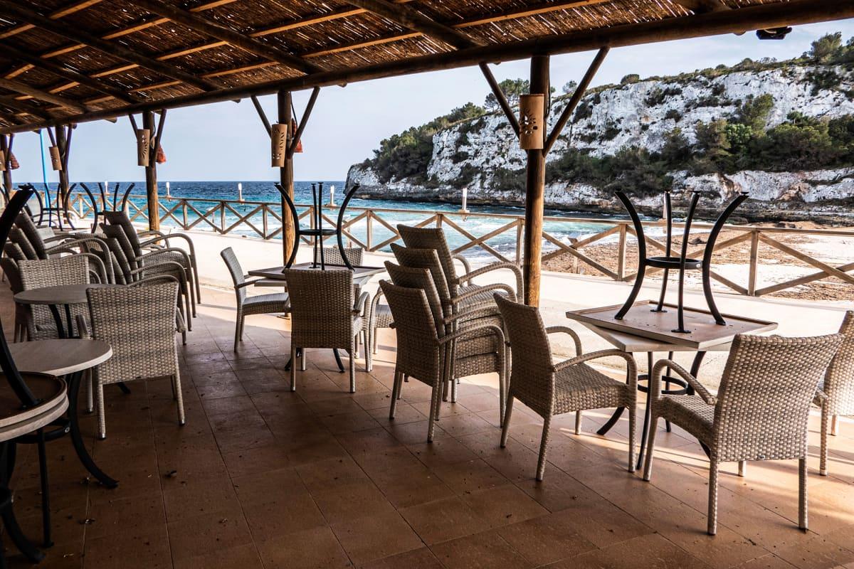 Suljettu rantabaari Mallorcalla suositulla turismialueella.