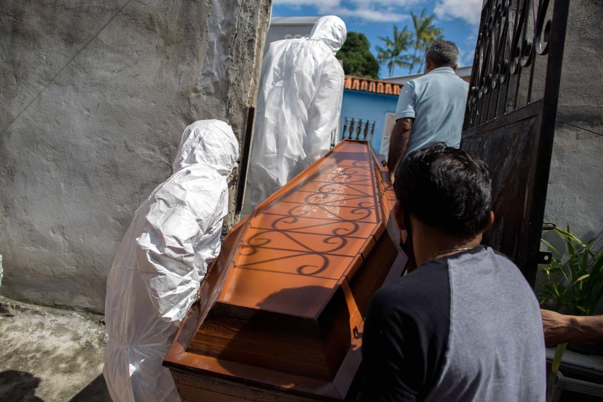 Koronavirukseen kuolleen henkilön ruumisarkkua siirretään Brasiliassa.
