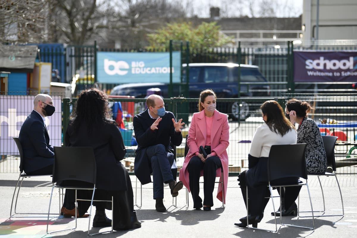 William vieraili tänään lontoolaiskoulussa puolisonsa Cambridgen herttuatar Catherinen kanssa.