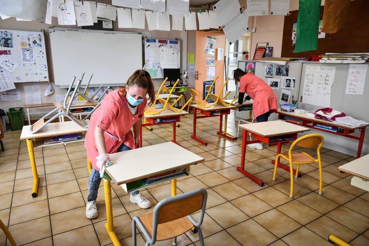 Koulua siivotaan Ranskassa keväällä 2020.