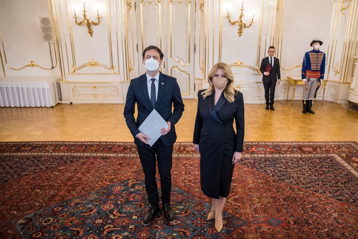 Slovakian pääministeri Eduard Heger (vas.) ja Slovakian presidentti Zuzana Caputova (oik.).